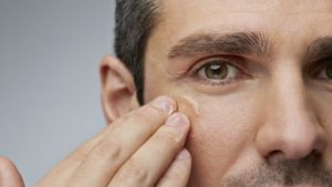 4 Tips To Reverse The Signs Of Aging Around Your Eyes | Minimize Aging - Boys & Girls